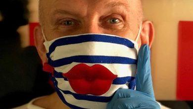 صورة جان بول غوتييه يجعل من الكمامة اكثر من اداة وقاية تحت شعار (احموا انفسكم وابتكروا في انفسكم)