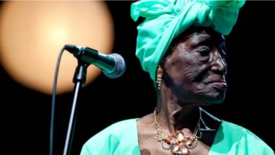 """صورة مسلمة واسمها فاطمة وكانوا يتجنبون لمسها اشمئزازاً.. قصة المغنية الإفريقية """"بي كيدودي"""""""
