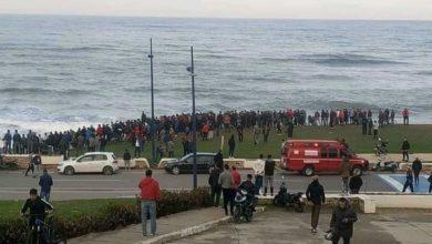 صورة في سابقة.. العشرات من أبناء الفنيدق يغامرون بأرواحهم ويركبون أمواج البحر سباحة للوصول إلى سبتة